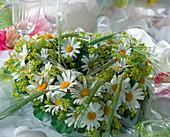 Sommerkranz aus Steckmasse in Herzform mit Argyranthemum
