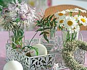Kleine Sträuße aus Flockenblumen und Margeriten, Ranke vom Zimmerjasmin, Kränzchen aus Schleierkraut