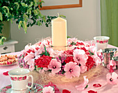 Sommerkranz aus Rosenblüten, Lavatera (Malve), Ageratum