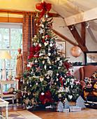 Weihnachtsbaum mit rot-silbernem Schmuck
