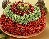 Herbstkränze übereinander gelegt: Sorbus (Ebereschenkranz), Hydrangea (Hortensie