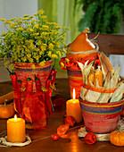 Dill im Topf dekoriert mit Peperoni, Zierkürbisse und Maiskolben