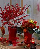 Wintersträuße mit roter Winterbeere und Protea