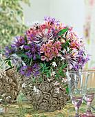 Herzvase mit Alstroemeria, Centaurea / Flockenblume, Jasminum