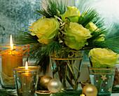 Rosenstrauß adventlich mit gelb / grünen Rosen, Pinus / Seidenkiefer