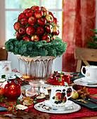 Weihnachtliche Apfeldeko: Oasiskugel mit Holzstäbchen gesteckte Nikolausäpfel, L