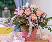 Strauß mit Kranz aus Heu gebunden, Tulipa 'Apple Blossom',