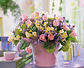 Strauß aus Narcissus 'Minnow', Tulipa 'Apple Blossom', Scilla hyacinthoides / Ha