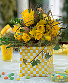 Osterstrauß mit Narcissus / Osterglocken, Hedera / Efeuranken,