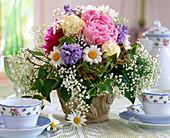 Frühsommerstrauß aus Pfingstrose, Schneeball, Schleierkraut, Knäuelglockenblume und Efeu