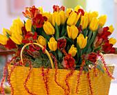 Tulpenstrauß in Bast-Tasche