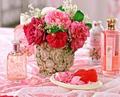 Vase mit historischen Rosen, Galium / Waldmeister,