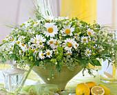 Schale mit Argyranthemum / Margerite, Gräser, Alchemilla