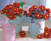 Gläser in Stofftaschen als Vase mit Dahlia / Dahlienblüten,