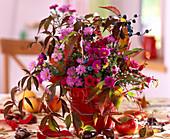 Herbststrauß mit Astern und wildem Wein