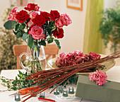Rosenfächer stecken; Material: Schale, Schnittrosen, Efeuranken, Steckschwamm, H