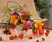 Herbstgesteck : Rosa / Rosen u. Hagebutten, Calendula / Ringelblumen, Eschscholzia