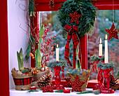 Weihnachtliche Deko am Fenster