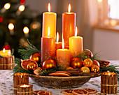 Tischdeko mit Kerzen, Pinus strobus / Seidenkiefer, Citrus