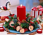 Kranz aus Apfelscheiben, Zweigen und Kerze