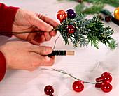 Kranz aus Zweigen für Kerzenhalter. 2. Step: bunte Kugeln m. Draht zu den Zweige