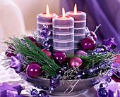 Silberschale mit Kerzen, Pinus strobus / Seidenkiefer, versilberte Zweige, Baumsc