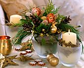 Vase mit Zweigen und Engelbildern