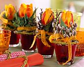 Tulipa 'Flair'/ Tulpen in roten Gläsern, Salix / Kätzchen-