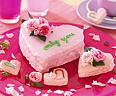Herztorten mit rosa Zuckerguß, Rosa chinensis / Minirosen als