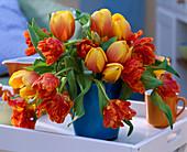 Tulipa 'Ad Rem' und 'Parrot' / Tulpenstrauß in blauer Vase