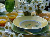 Leucanthemum / Margeriten als Tischdeko, Teller mit Suppe