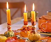 Cucurbita / Zierkürbisse als Kerzenhalter, orange Kerzen mit Acer / Ahornlaub un