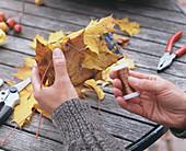 Herbstlaub als Geschenkverpackung: 1/3. Acer / Ahornblätter mit feinem Draht um