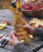 Flasche im Blätterkleid: 4/6. Flasche mit Acer / Ahornlaub umwickeln
