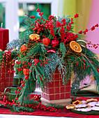Adventsstrauß mit Zweigen und Beerenschmuck