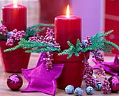 Adventliches Gesteck im Tontopf mit Zweigen und Kerzen