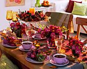 Tischdeko mit Chrysanthemen und Fruchtschmuck