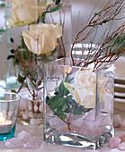 Viereckglasvase mit weißer Rose