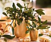 Mistelzweige in goldenen Vasen als Tischdeko