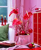 Anthurium andreanum / Flamingoblume, Cornus / Hartriegelzweige, Baumkugeln, rosa