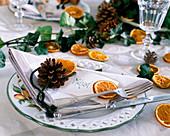 Citrus / Orangenscheiben, Pinus / Kiefernzapfen als Serviettendeko, Hedera / Efe