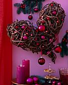 Herz aus Zweigen mit Kugeln dekoriert, Abies procera / Nobilistanne, Kerzen, Glä