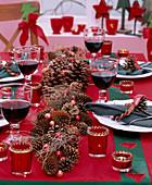 Weihnachtliche Tischdeko mit Girlande aus Pinus / Pinien- Kiefernzapfen, Picea / F
