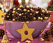 Schale mit Zapfen und Weihnachtskugeln: 4/4 Pinus (Kiefernzapfen), Baumkugeln, H