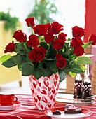 Rosa (rote Rosen) in Herzvase