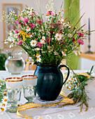 Wiesenblumenstrauß aus Margeriten, Gräser, Flockenblume, Johanniskraut