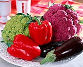 Gemüsestillleben mit Paprika, Aubergine,