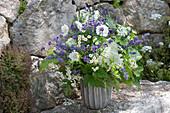 Blau-weisser Strauss aus Lavandula (Lavendel), Hydrangea