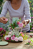 Selbstgemachte Etagere mit Rosenblueten