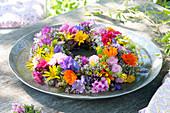 Kranz aus bunten Sommerblumen binden